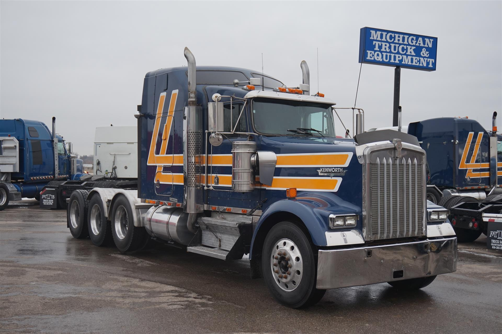 2000 Kenworth W900L Tandem Axle Sleeper