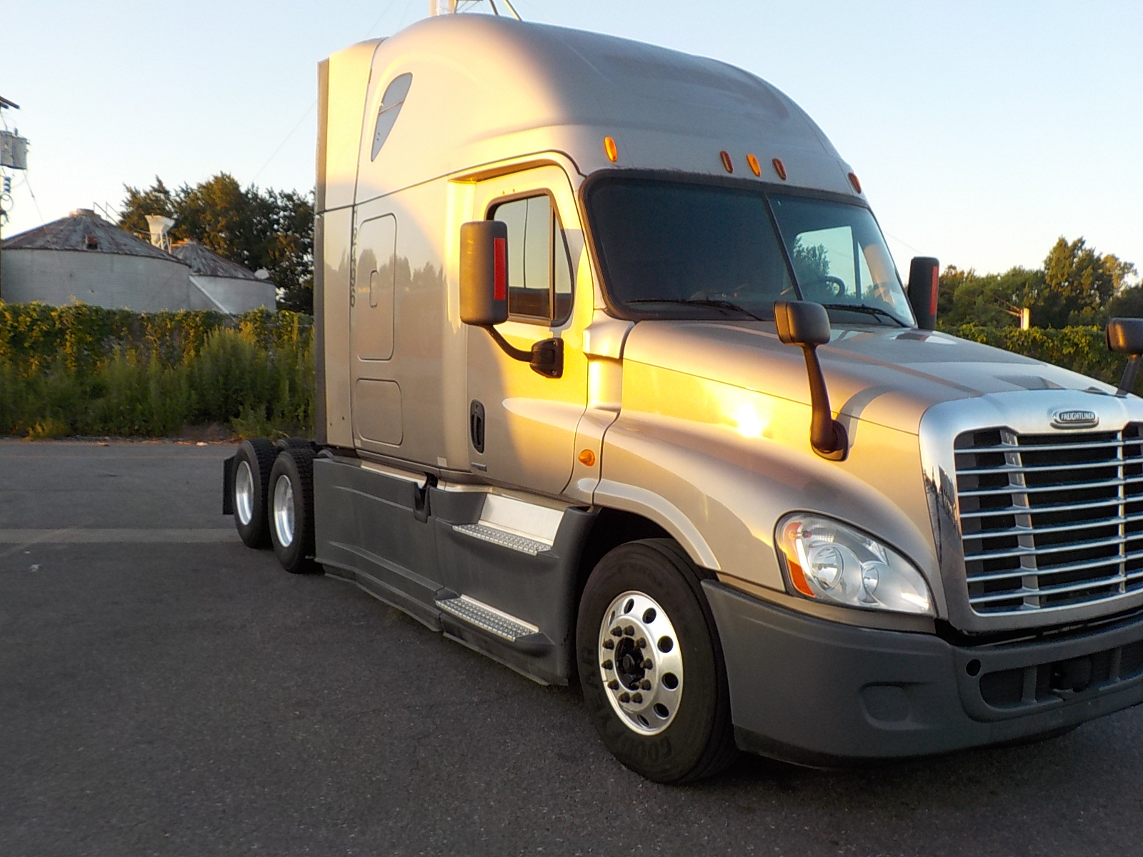 USED 2014 FREIGHTLINER CASCADIA SLEEPER TRUCK #131781
