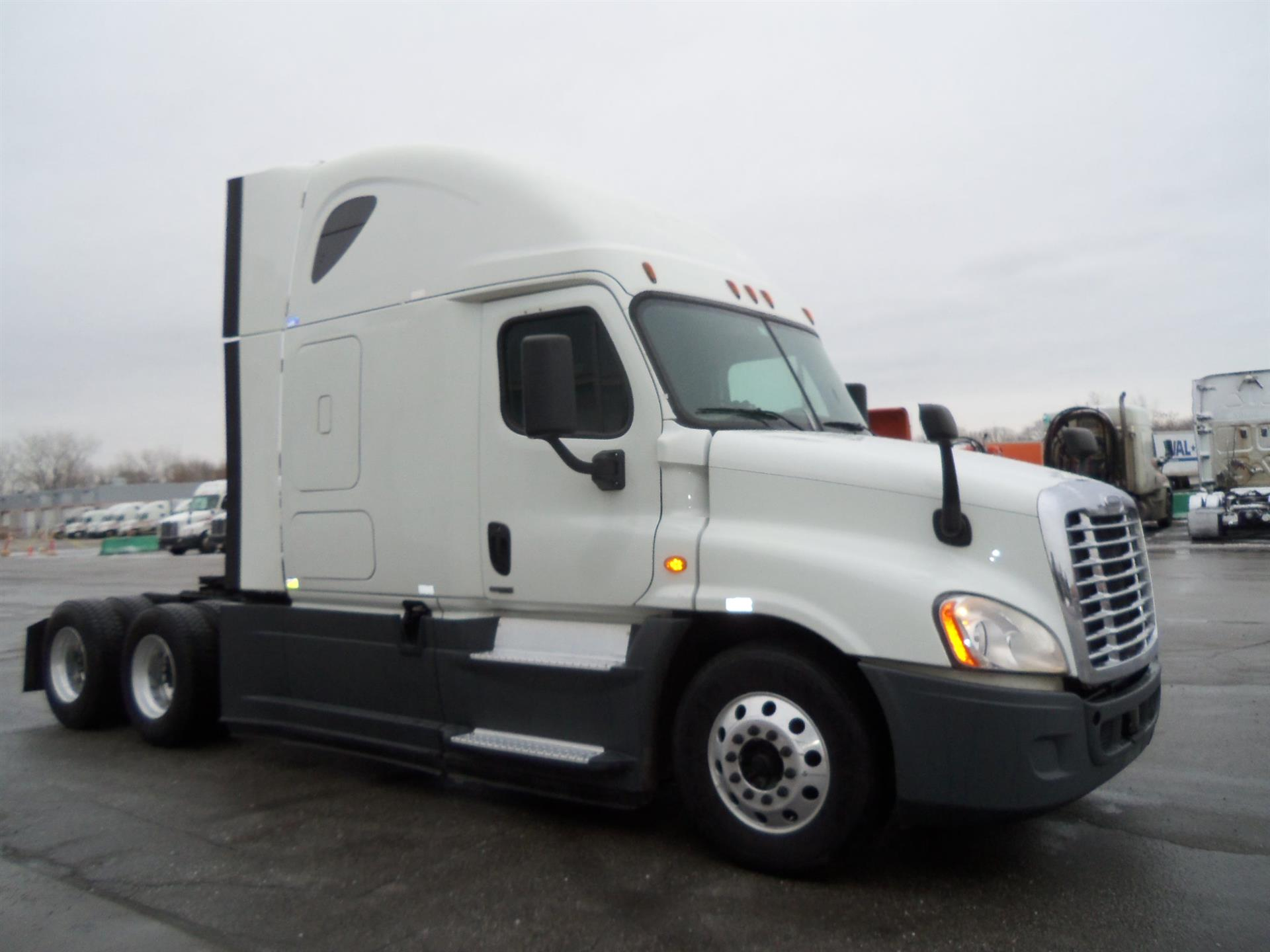 USED 2015 FREIGHTLINER CASCADIA SLEEPER TRUCK #136235