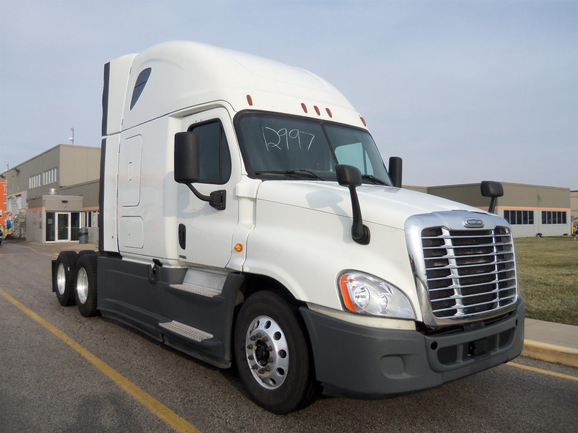 USED 2015 FREIGHTLINER CASCADIA SLEEPER TRUCK #136981